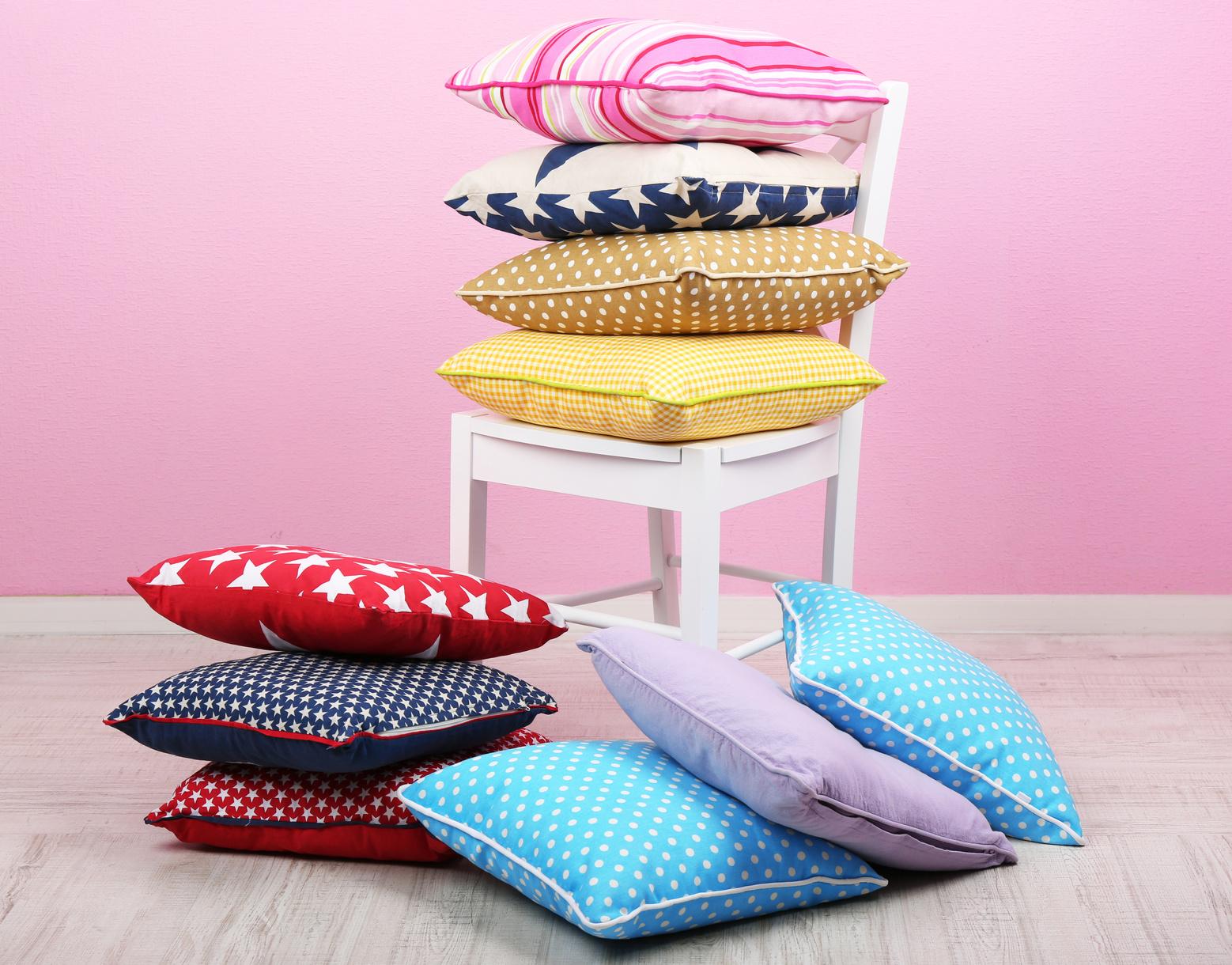 Cojines de diferentes colores sobre una silla